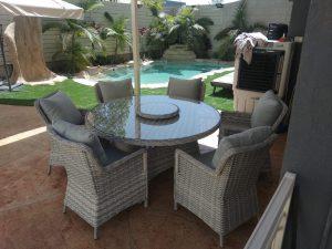 פינת אוכל לגינה בגווני אפור שולחן וכסאות