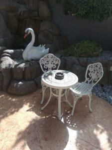 פינת ישיבה לגינה שולחן וכסאות בצבע לבן